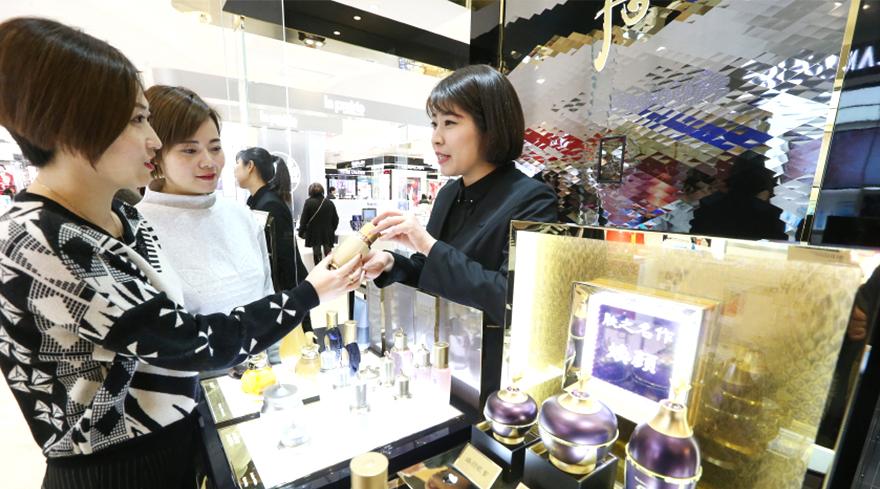 중국 상하이 빠바이반 백화점의 LG생활건강 '후' 매장에서 고객들이 제품에 대한 설명을 듣고 있다