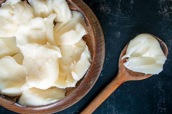 그릇에 담긴 버터와 숟가락에 떠 놓아진 버터