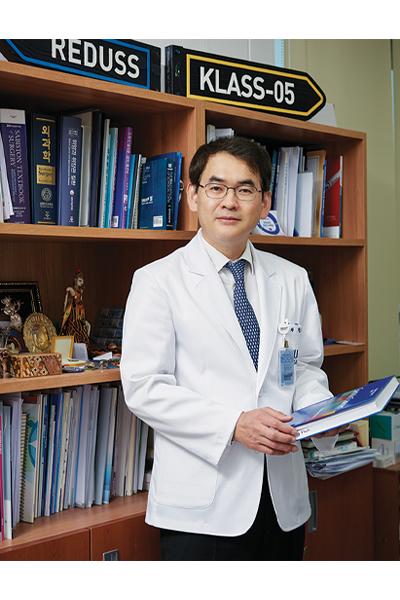 책을 들고 서있는 서울대 위암센터 박도중 교수